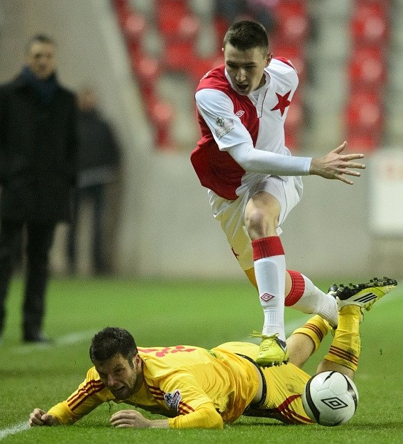 Miroslav Podrazký z Dukly Praha (vlevo) a Jaromír Zmrhal ze Slavie.