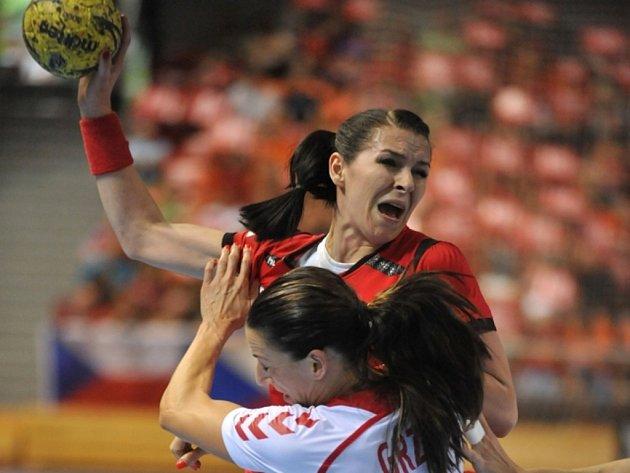 Házenkářka Iveta Luzumová (v červeném) se prosazuje proti Polsku.