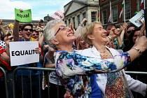 Irové oslavují výsledek referenda.