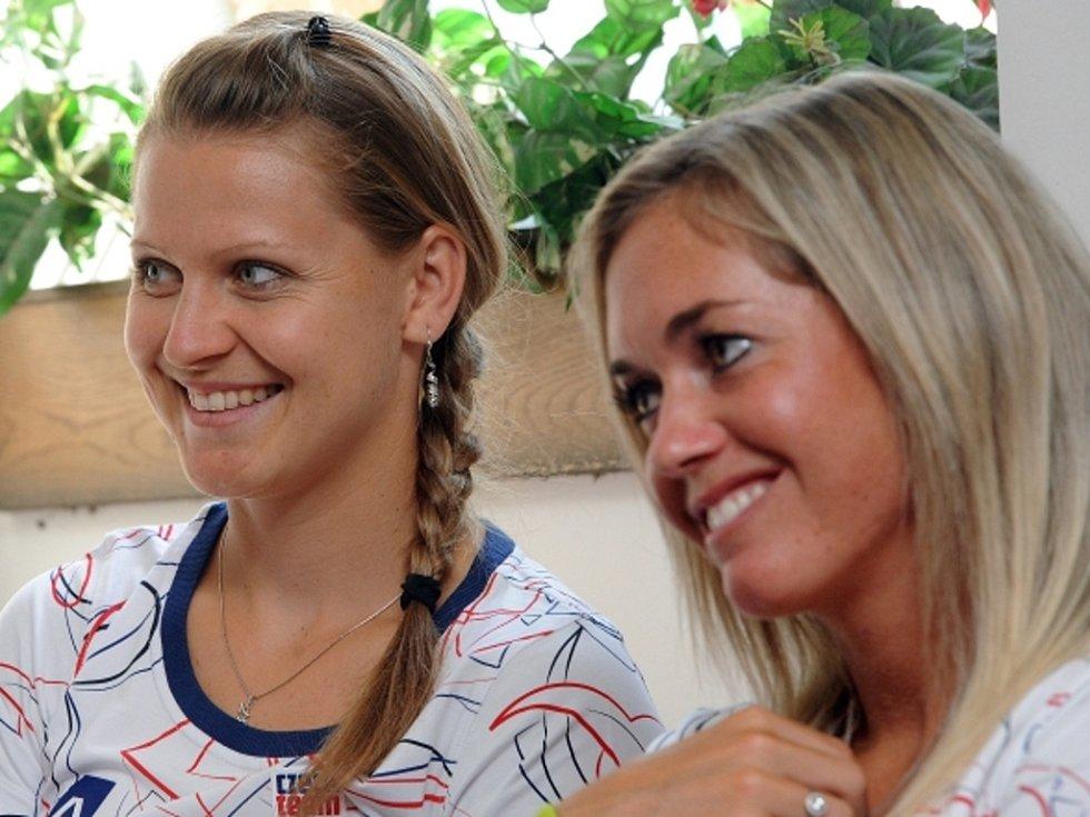 Tenistky Lucie Šafářová (vlevo) a Klára Zakopalová před odletem na olympijské hry v Londýně.