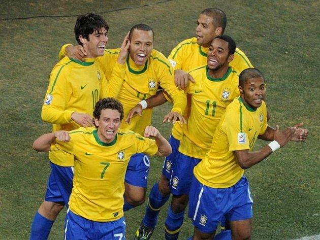 Brazilec Elano (č.7) slaví se svými spoluhráči gól proti Pobřeží slonoviny.