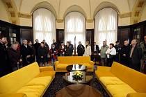 Možnost navštívit vládní Kramářovu vilu a sídla obou komor českého parlamentu, které se ve čtvrtek otevřely při příležitosti státního svátku – Dne vzniku samostatného československého státu, využilo několik tisíc návštěvníků.