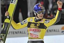 Thomas Morgenstern slaví triumf na Turné čtyř můstků.