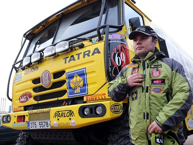 Aleš Loprais před svojí Tatrou, se kterou pojede v Rallye Dakar 2009.