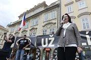 Lidé protestují proti Babišově vládě s podporou komunistů.
