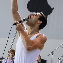 BOHEMIAN RHAPSODY. Snímek mapující život Freddie Mercuryho začíná a končí triumfálním benefičním koncertem pro Afriku Live Aid. Vrátí se ale i na úplné začátky Queen.
