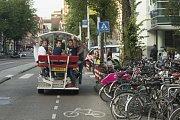 Pojízdné pivní bary v Amsterdamu.