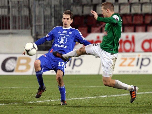 Tomáš Hořava  z Olomouce (vlevo) proti Jablonci.