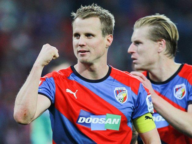 Fotbalisté Plzně David Limberský (vlevo) a František Rajtoral se radují z vítězství nad Spartou.