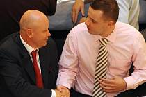 Nový předseda ČMFS Ivan Hašek (vlevo) gratuluje novému místopředsedovi Jindřichu Rajchlovi.