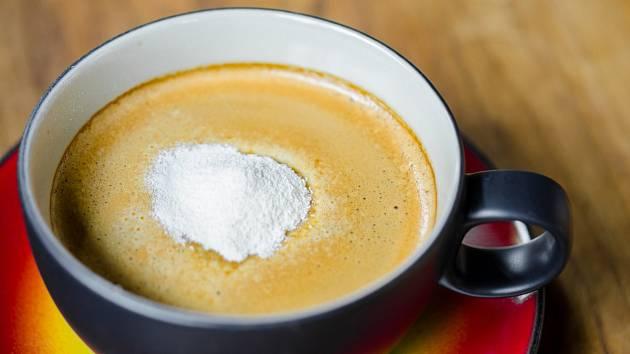 Káva s bělidlem.