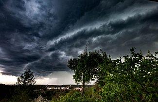První letošní bouřka . Na snímku Nové Město nad Metují