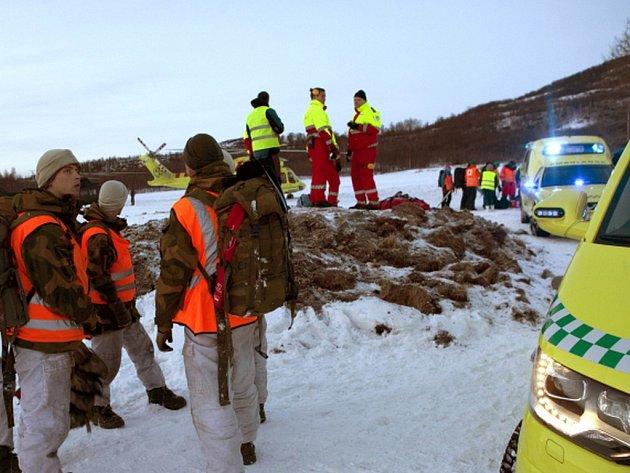 Velká lavina zasypala v sobotu ve francouzských Alpách skupinu šesti francouzských skialpinistů, nikdo z nich zřejmě neštěstí nepřežil. Záchranáři dosud objevili tři mrtvá těla a po třech zbylých lidech dál pátrají.