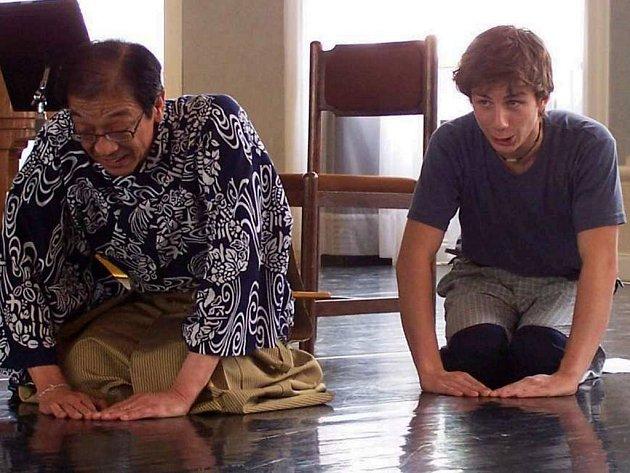 Ondra (vpravo) s panem Šigejamou, který u nás již několikrát vyučoval základy šest set let starého japonského divadla.