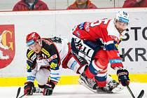 Hokejisté Pardubic (v červeném) proti Hradci Králové.