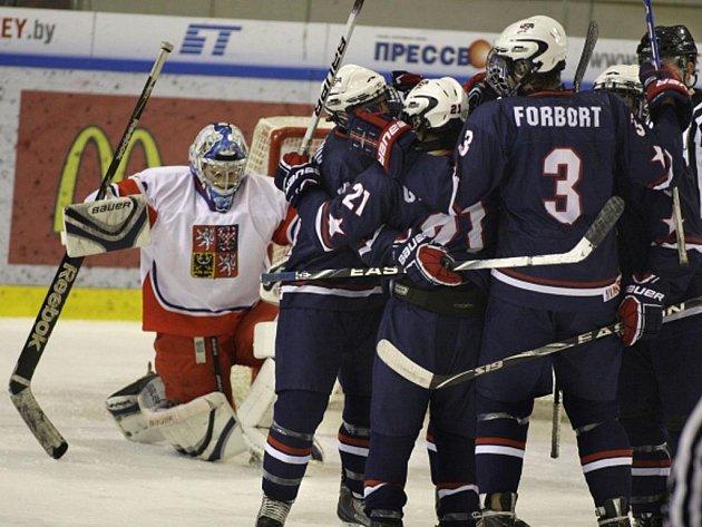 Brankář české reprezentace do 18 let Libor Kašík (vlevo) inkasoval gól z hole Američanů.