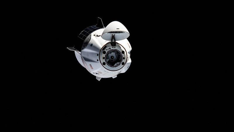 Loď Crew Dragon se při misi Crew-1 blíží k Mezinárodní vesmírné stanici.