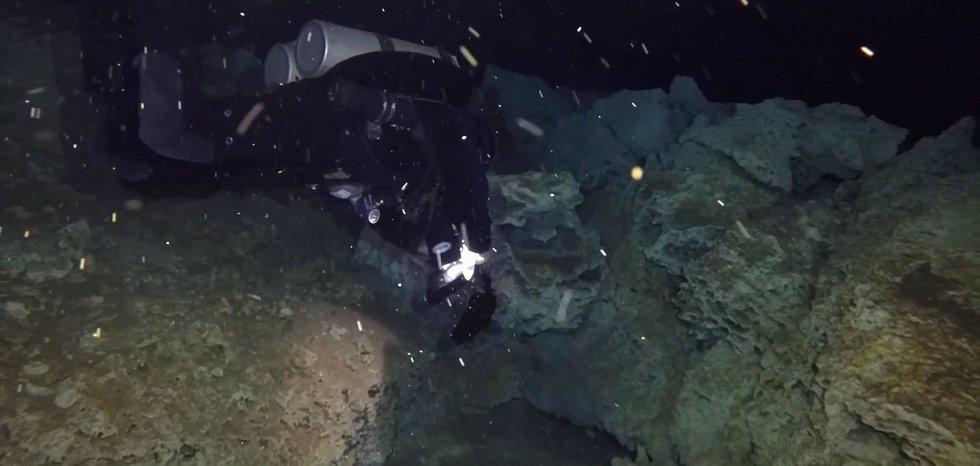 Důkazy o činnosti dávných těžařů se našly ve třech podmořských jeskynních systémech