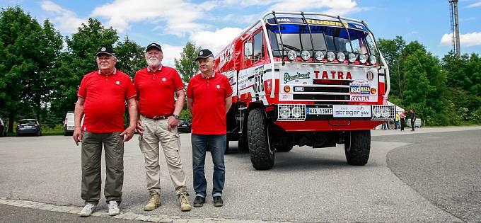 Dokonale zrenovovaný ostrý soutěžní vůz Tatra 815 VE 6x6 pro rallye Pařiž-Dakar 1986 z posádkou: Zdeněk Kahánek (řidič), Josef Kalina (navigátor) a Miroslav Gumulec.