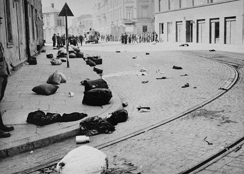 Hlavní ulice v Krakově po likvidaci ghetta. Všude zůstaly ležet kufry a věci deportovaných Židů