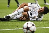 Cristiano Ronaldo z Realu Madrid se svíjí v bolestech po faulu obránce Diawary.
