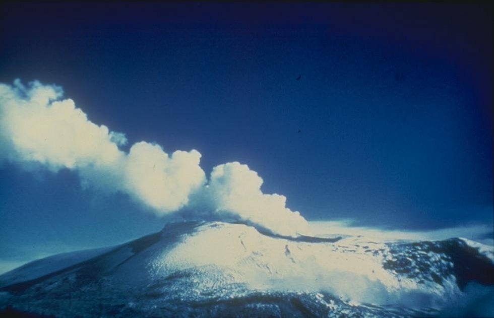 Kouřící sopka Nevado del Ruiz v roce 1985
