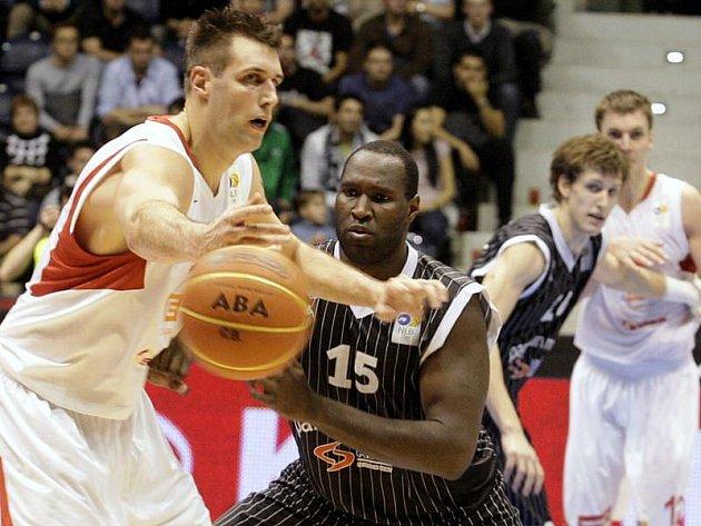 Basketbalisté Nymburku (v bílém) uspěli proti Partizanu Bělehrad, v jadranské lize vyhráli o čtyři body.