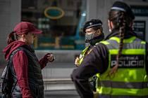 Lidé v rouškách, dodržování vládních opatření. Ostrava 21. října 2020