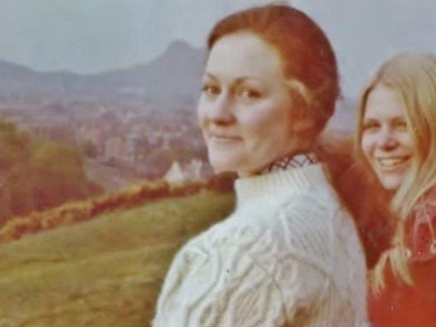 Viděli se naposledy v roce 1970. Od té doby však učitel jazyků z Francie nemůže na dívku ze Skotska zapomenout. Na internet tak umístil společné fotografie, kde jim bylo dvacet let a žádá o pomoc.
