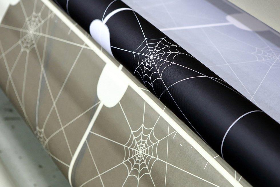 Podkladový papír se oddělí a zůstane potištěná textilie.