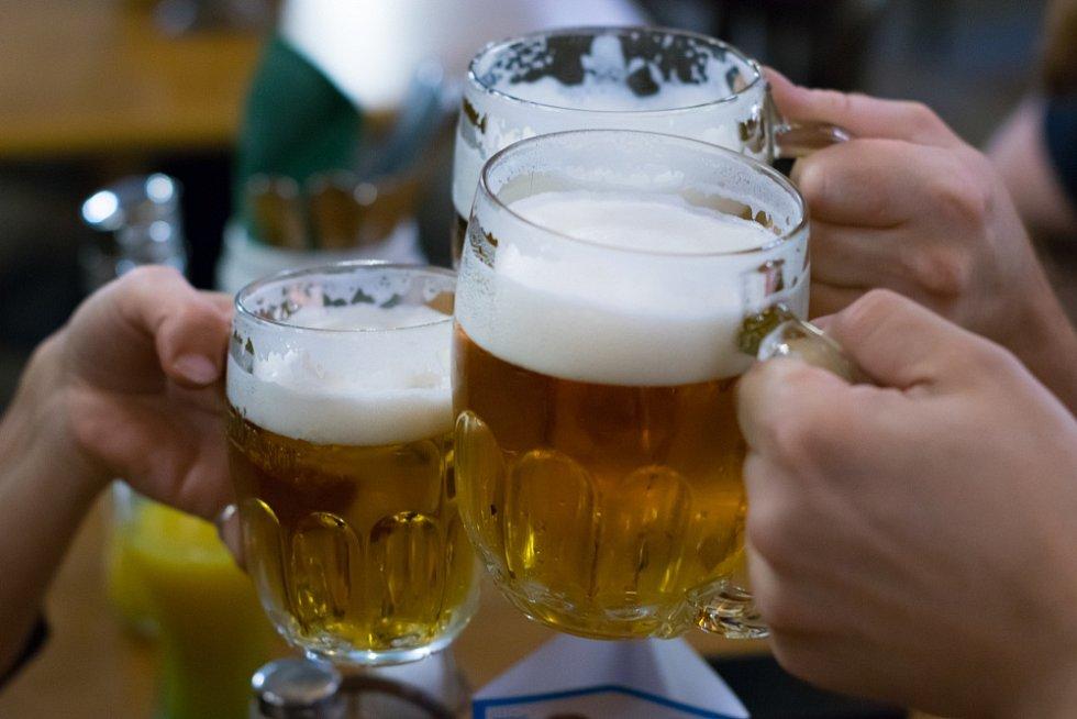 Češi s oblibou chodí do hospod na pivo