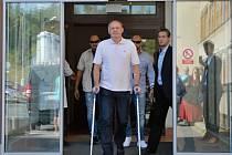 Slovenský prezident Andrej Kiska dnes krátce po 10:00 opustil plzeňskou fakultní nemocnici, kde se ve čtvrtek podrobil miniinvazivní artroskopické operaci v oblasti kyčelního kloubu.