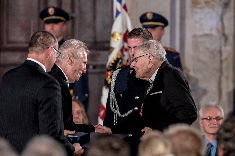 Prezident Miloš Zeman na státní svátek 28. října předával státní vyznamenání ve Vladislavském sále Pražského hradu. Skopeček