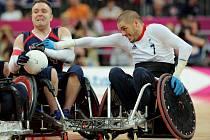Americký ragbista Adam Scaturro (vlevo) během paralympiády v Londýně.