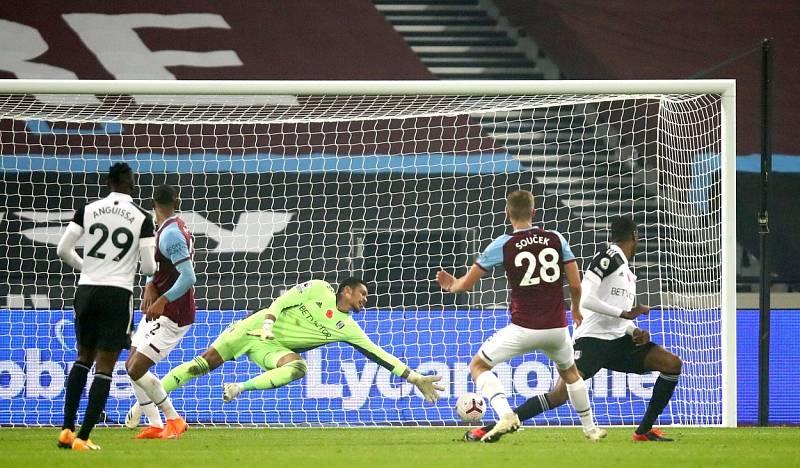 Tomáš Souček střílí gól Fulhamu.