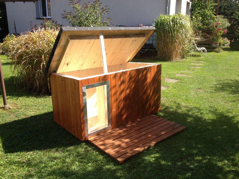 STAVEBNÍ DOZOR. Na průzkum nové boudy se vydala Twiggy, jedna ze dvou čivavích dam v rodině Petra Nováka.