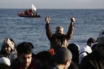 Z pláže v tureckém prázdninovém letovisku Çeşme odplouvají na přeplněných gumových člunech každý den až desítky lidí, kteří věří, že v Evropě na ně čeká lepší život.