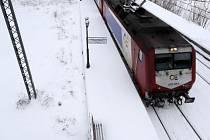 Zhruba 600 lidí dnes uvázlo na několik hodin ve vlacích v severním Řecku, které se potýká s nezvykle vydatnými přívaly sněhu a mrazivými teplotami.