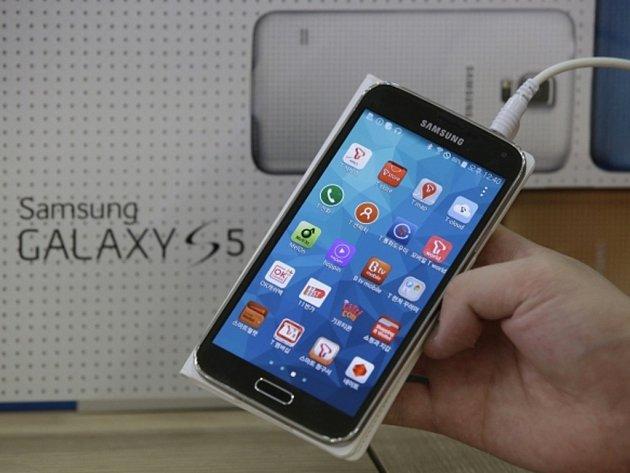 Smartphone Samsung Galaxy S5. Ilustrační foto.