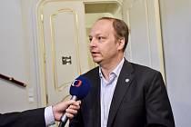 Senátor Václav Láska hovoří s novináři 16. května 2018 v Praze před jednáním senátního výboru