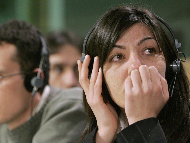 Pět bulharských zdravotních sester by mohlo být propuštěno na svobodu do konce června. Na snímku příbuzní Marian Georgiev (vlevo) a Gergana Uzunova.
