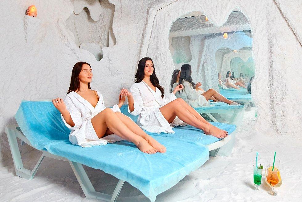 V solné jeskyni se uplatňuje takzvaně princip suché inhalace. Dýcháte vzduch, který je plný mikročástic suché soli, ze které je vystavěna.