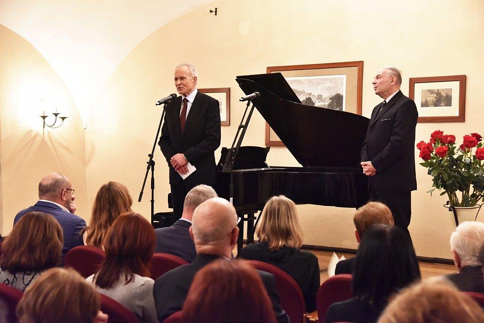 Závěrečný koncert z cyklu Sukův hudební Štiřín zaznamenal rekordní účast. Na snímku vlevo odvolaný ředitel Zámku Štiřín Václav Hrubý.