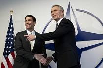 Generální tajemník NATO Jens Stoltenberg (vpravo) a americký ministr obrany Mark Esper (vlevo)
