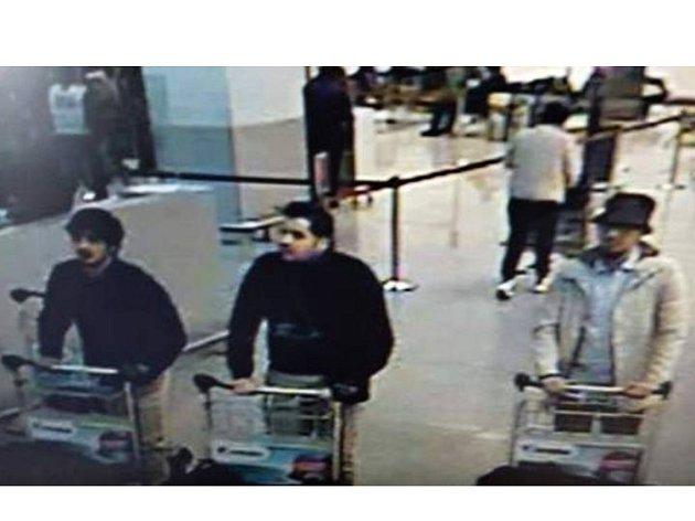 Trojici atentátníků na bruselském letišti zachytila kamera.
