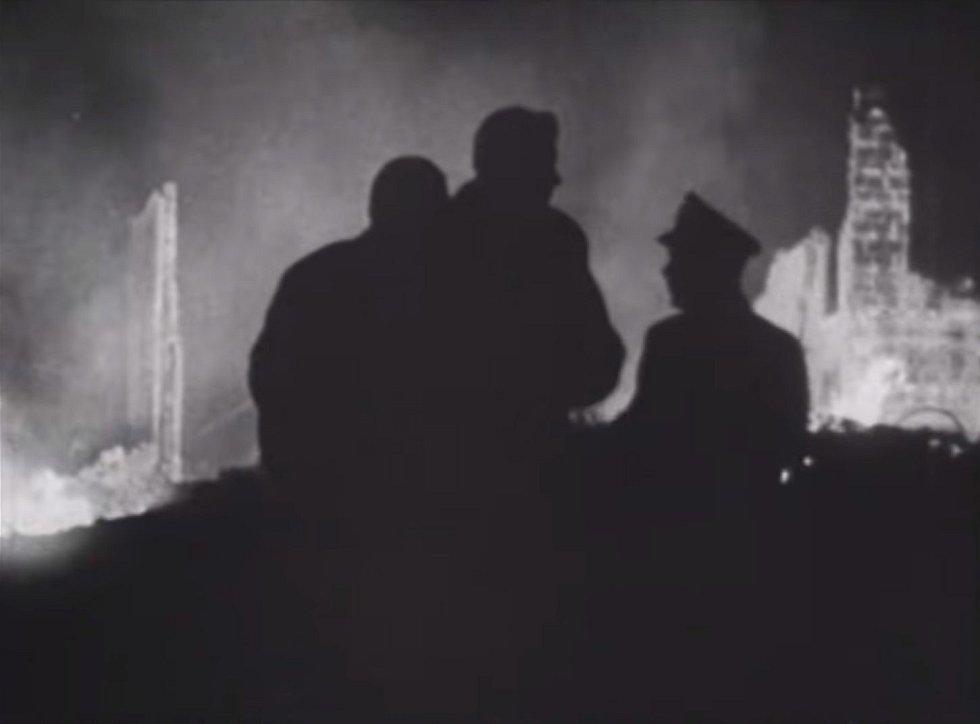Hořící konvent po nárazu stíhacího letounu