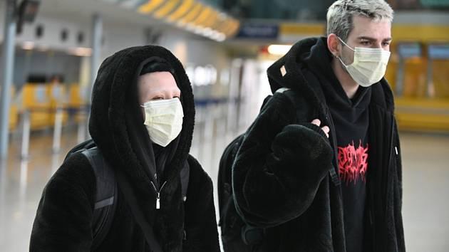 Cestující s rouškami na letišti v Brně-Tuřanech na snímku z 26. února 2020