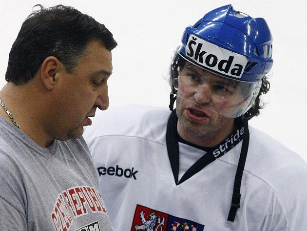 Jaromír Jágr diskutuje s kustodem Petrem 'Ádou' Bílkem.