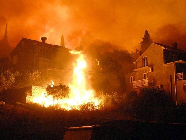 Plameny se na mnoha místech dostaly až k obytným domům.