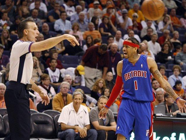 Detroitský Allen Iverson vášnivě diskutuje s rozhodčím Kenem Mauerem. Ten se do dějin zápasu ve Phoenixu zapsal i tím, že vyloučil domácího Shaquilla O'Neala.